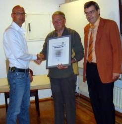 Museumsleiter Patrick Götz ernannte Heinrich Kist zum Ehrenmitglied des Fördervereins Museum Geiserschmiede Bühlertal e.V. Auch der Bürgermeister in Wartestellung Hans-Peter Braun (damals bereits gewählt, aber noch nicht im Amt), gratulierte zu dieser Ehrung für herausragendes ehrenamtliches Engagement.