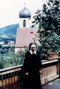Schwester Paulana vor der Liebfrauenkirche in Bühlertal
