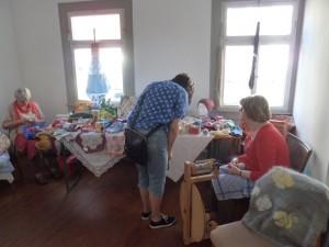 Es wird auch gesponnen an diesem Tag.  Rosi Meier und Melle Waida bei Textilarbeiten