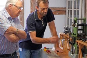 Siegmar Kunz (links) und Roland Lorenz (TGA) begutachten die Funktionsweise der Gattersäge (Foto: Wolfgang Moench)