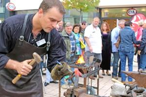 Martin Bäuml bei der Bearbeitung eines Stierkopfes Foto: Timo Deible
