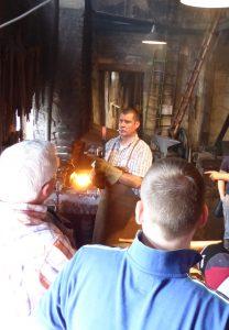 Ralf Häussler prüft den glühenden Stahl