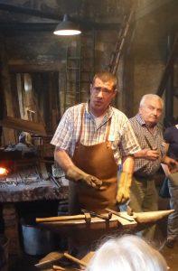 Ralf Häussler (links) und Siegfried Kunzelmann in der Schmiede