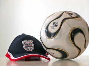 WM-Fußball und Kappe der englischen Nationalmannschaft 2006, Foto: Wolfgang Moench