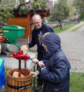 "Apfelpressen im Garten mit den ""Buntspechten"" Foto: Edith Horcher-Tilgner"