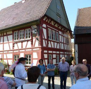 Waldemar Friedmann (mit Hut) vor dem Ottersweierer Heimatmuseum mit einigen Helfern der Geiserschmiede