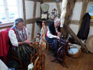 Priska Kist und Martha Kumm am Spinnrad (von links)