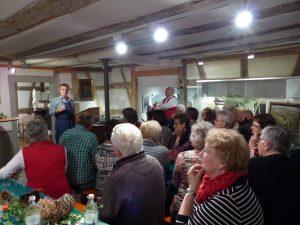 Die Zuhörer lauschen gebannt den Erzählungen von Heinz Wendling