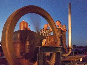 Der Standmotor in Aktion mit Josef Nöltner vom Helferteam (links) sowie Ralf Wälde